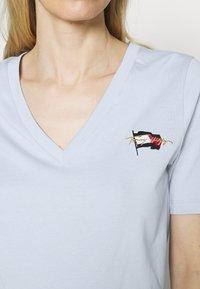 Tommy Hilfiger - REGULAR FLAG TEE - T-shirt print - breezy blue - 3