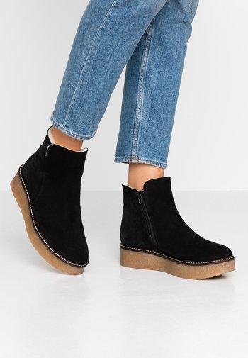 NICKI - Kotníkové boty na platformě - black