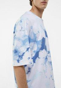 Bershka - OVERSIZED UNISEX - Print T-shirt - white - 7