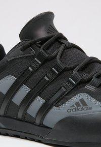 adidas Performance - TERREX SWIFT SOLO UNISEX - Lezecká obuv - black/lead - 5