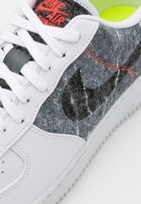 Nike Sportswear - AIR FORCE 1 '07 LV8 - Sneakersy niskie - white/clear/light smoke grey/black - 5