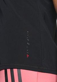 ONLY Play - ONPPERFORMANCE TRAINING V NECK - Print T-shirt - black/red - 3