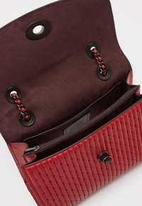 Coach - QUILTING WITH RIVETS PARKER SHOULDER BAG - Bolso de mano - red apple - 3