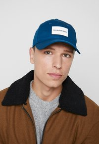 Calvin Klein Jeans - INSTITUTIONAL PATCH - Cap - blue - 1