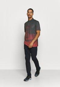 Oakley - SUNSET - Polo shirt - smoke poppy red - 1