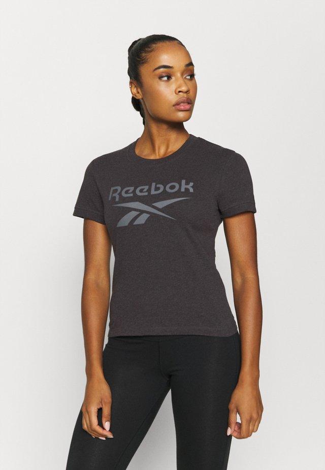 TEXTURE LOGO TEE - T-shirt z nadrukiem - anthracite