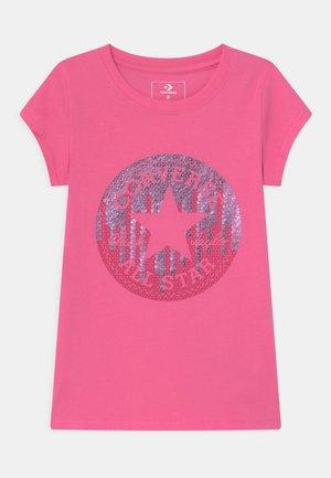 CHUCK - Triko spotiskem - mod pink