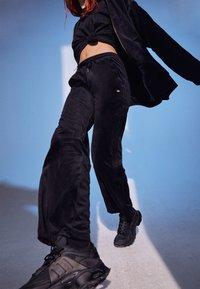 adidas Originals - VELVET PANTS - Joggebukse - black - 2