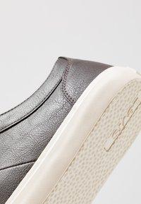 Levi's® - WOODS - Sneakers basse - dark brown - 5