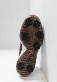 Nike Golf - ROSHE G TOUR - Golfové boty - black/metallic red bronze/summit white - 4