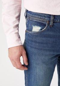 Wrangler - GREENSBORO - Straight leg jeans - dirty green - 3