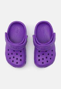Crocs - CLASSIC - Pantolette flach - neon purple - 3