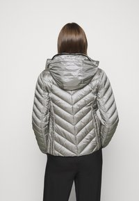 MICHAEL Michael Kors - SHORT PACKABLE PUFFER - Daunenjacke - concrete - 4