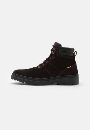 CROSS - Šněrovací kotníkové boty - dark brown