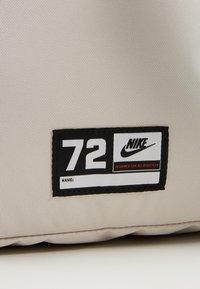 Nike Sportswear - CLASSIC - Batoh - light orewood brown/magic flamingo/white - 3