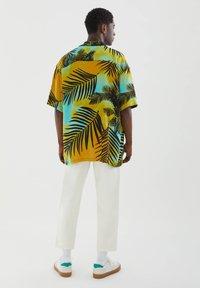 PULL&BEAR - MIT PALMEN - Shirt - yellow - 2