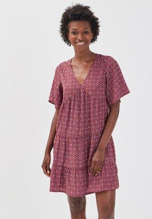 AUSGESTELLTES KLEID MIT RÜSCHEN - Vestido informal - rose framboise
