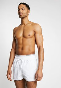Calvin Klein Swimwear - DOUBLE WAISTBAND - Badeshorts - white - 0