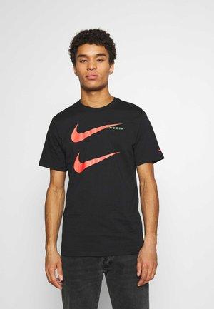 TEE - T-shirt med print - black/ember glow