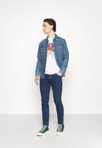 Wrangler - LARSTON - Jeans slim fit - blue denim - 1