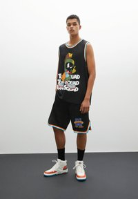 PULL&BEAR - BASKETBALL  SPACE JAM - Sports shorts - mottled black - 5