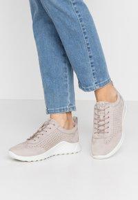 ECCO - ECCO FLEXURE RUNNER W - Sneakersy niskie - grey rose - 0