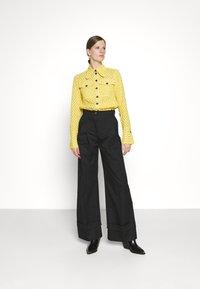 Victoria Victoria Beckham - PATCH POCKET SHIRT - Blouse - sicilian lemon - 1