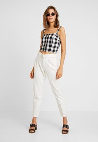 Missguided - RIOT FRONT SEAM SELF BELT - Jeans Relaxed Fit - white - 1