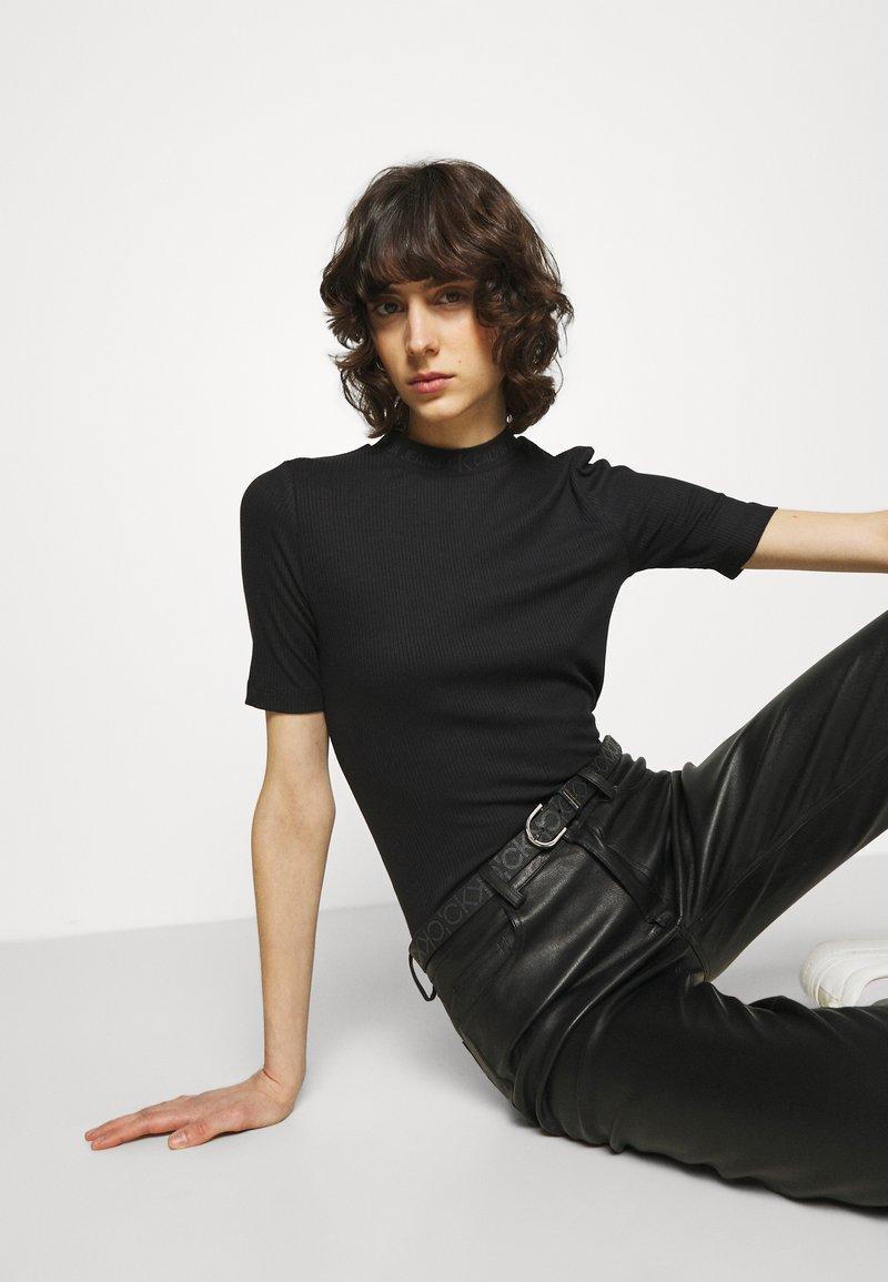 Calvin Klein - MUST ROUND BELT MONO - Cinturón - black