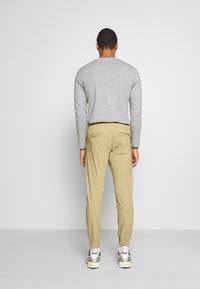 Redefined Rebel - TOBY PANTS - Pantalones - sand - 2