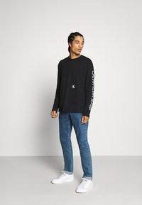 Calvin Klein Jeans - CAR PHOTOPRINT TEE - Long sleeved top - black - 1