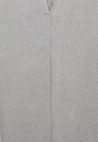 Pieces Petite - PCCHILLI PANTS - Tracksuit bottoms - light grey melange - 2