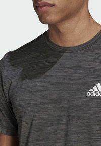 adidas Performance - M HT EL TEE - T-shirt z nadrukiem - black melange - 4