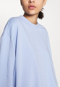 Weekday - HUGE CROPPED - Mikina - light lilac blue - 4