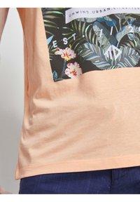 TOM TAILOR DENIM - Print T-shirt - papaya neon orange - 4