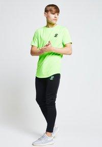 Illusive London Juniors - ILLUSIVE LONDON  - Camiseta estampada - neon green - 3
