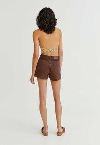 PULL&BEAR - MIT SEITLICHEM SCHLITZ - Denim shorts - mottled light brown - 2
