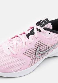 Nike Performance - DOWNSHIFTER 11 UNISEX - Neutrální běžecké boty - pink foam/metallic silver/black/white - 5