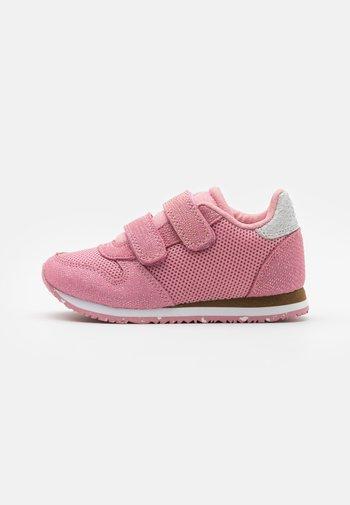 SANDRA PEARL - Sko med borrelås - soft pink