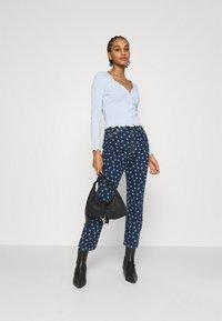 Monki - MINI FLOWER - Straight leg jeans - blue - 1