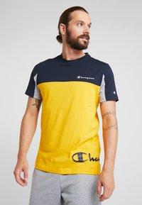 Champion - CREWNECK - T-shirt med print - yellow - 0