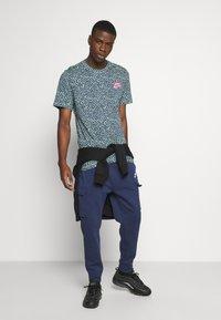 Nike Sportswear - BRAND RIFFS - T-shirt con stampa - cucumber calm - 1