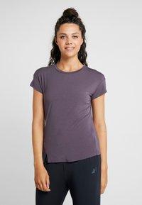 Curare Yogawear - SLIT - Print T-shirt - aubergine - 0