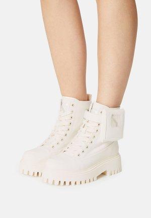 GROOV-Y - Snørestøvletter - off white