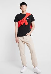Tommy Jeans - BADGE TEE - T-shirts basic - black - 1