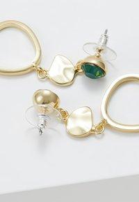 SNÖ of Sweden - LIW LONG MIX EAR - Earrings - gold-coloured/green - 2