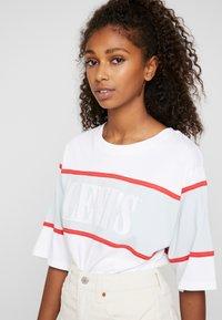 Levi's® - CAMERON TEE - Camiseta estampada - white/baby blue/tomato - 3
