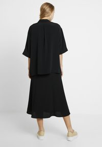 Monki - TAMRA BLOUSE - Button-down blouse - solid black - 2