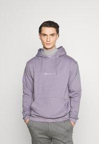 Mennace - ESSENTIAL SIGNATURE HOODIE UNISEX - Hoodie - murky violet - 0