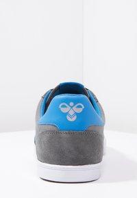 Hummel - SLIMMER STADIL - Sneakers laag - castle rock/ribbon red/bril blue - 3